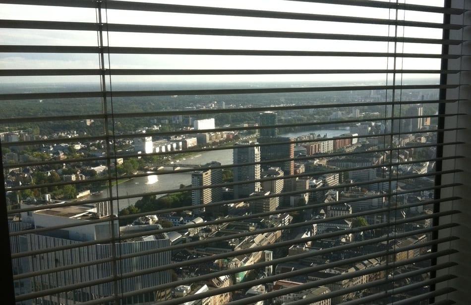 Über den Dächern Frankfurts - leicht getrübter Ausblick aus dem 49. Stock des Commerzbank Towers