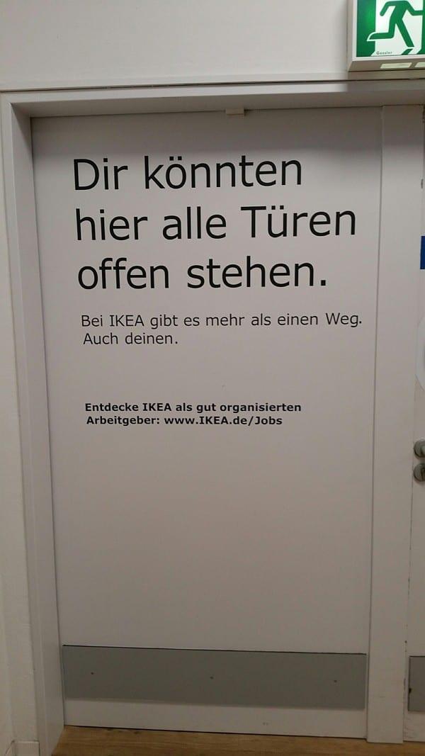 Ikea macht Werbung auf dem Weg zur Kundentoilette