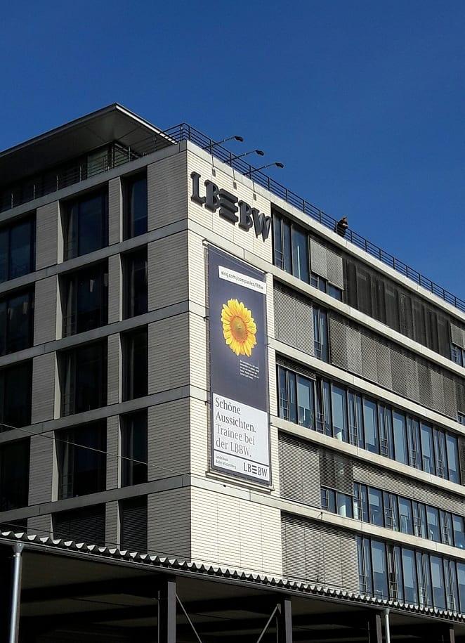 Außenwerbung für Traineestellen an der Außenfassade der LBBW Stuttgart